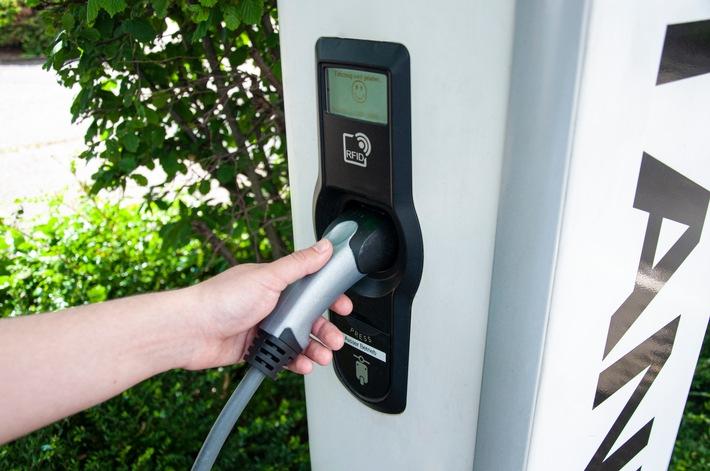 TÜV Rheinland: Ladesäulen für Elektrofahrzeuge mindestens jährlich prüfen lassen Betreiber verantwortlich für sichere Elektrik und Handhabung Funktionstests und Messungen verlangen Fachwissen